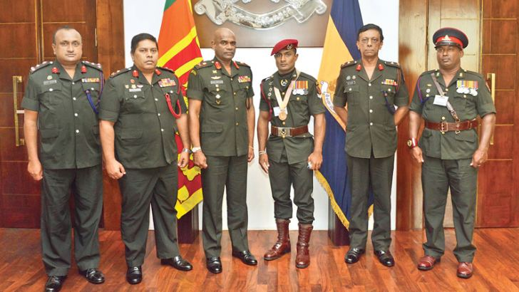 Commonwealth Games Bronze medallist in weightlifting Corporal J.A.C Lakmal (third from right) iseen here with Army Commander L.T Gn. Mahesh Senanayake and other Army officers at the felicitation ceremony.