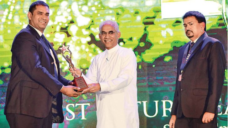 Kanishka Weeramunda being presented with the award for the Best Future Leader of the Year in the Services Sector – Small & Medium Category by Eran Wickramaratne, State Minister of Finance and Mass Media.
