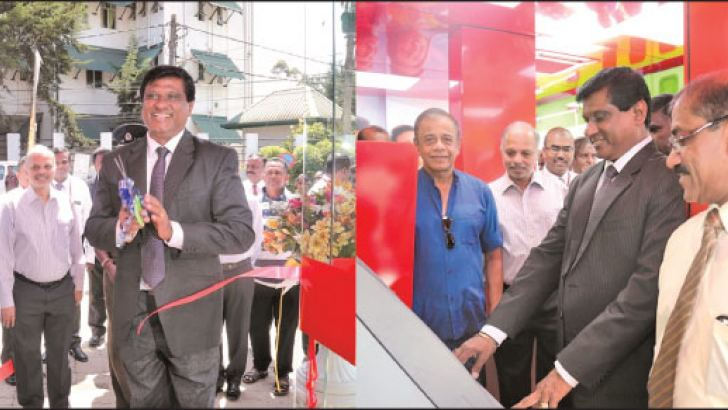 Peoples Bank officials at the inauguration of the Self Banking Unit at Nuwara Eliya.