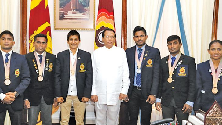Commonwealth Games medal winners with President Maithripala Sirisena at the Presidential Secretariat yesterday.  (Picture by Sudath Silva)