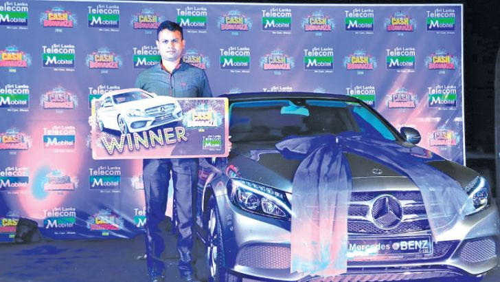 U. D. I. Gunarathna from Welimada receives the grand prize of a Mercedes Benz from Nalin Perea – CEO of Mobitel