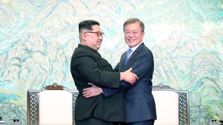 North Korea's leader Kim Jong Un (L) and South Korea's President Moon Jae-in bidding farewell during a closing ceremony of the inter-Korean summit in the truce village of Panmunjom. - AFP