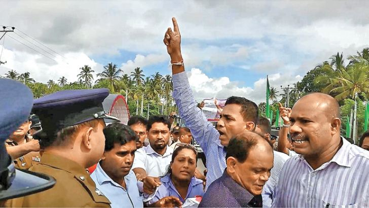 SLPP members led by Weligama Pradeshiya Sabha Chairman, having a heated exchange of words with the police. Picture by Jayasiri Peduruarachchi, Gandara Group Corr.