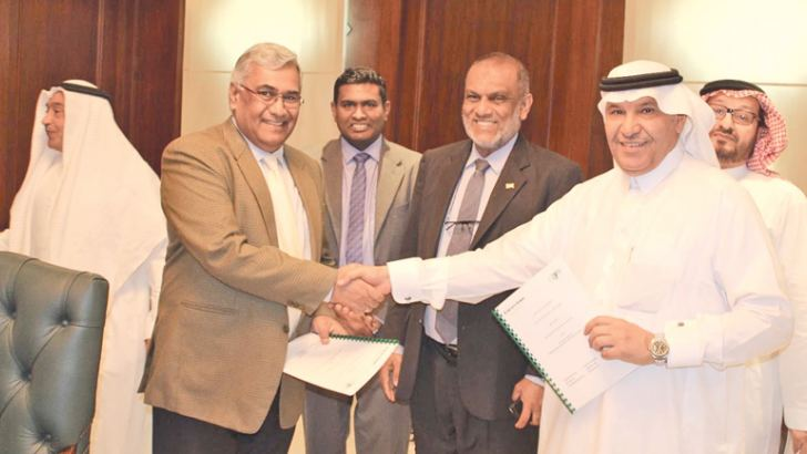 Managing Director of SELMO Pvt. Ltd Anton Hemantha and Director General of the Saudi Export Programme Ahmed Al Ghannam, after signing the agreement Sri Lanka's Ambassador to Saudi Arabia, Azmi Thassim looks on.