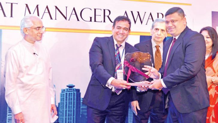 Riaz Hassen, CEO/Director at Colombo Leadership Academy presents award to Paduma Subasinghe, Senior Vice President at Browns & Company PLC. State Minister of Finance, Eran Wickramaratne looks on