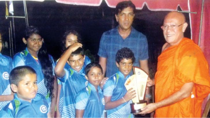 The Japan Chief Sanganayake Ven. Banagala Upatissa Nayaka Thera Presents the Trophy to the champion CH Swimming Academy Team.  pix by Malwana group correspondent Mahanama Vithanage