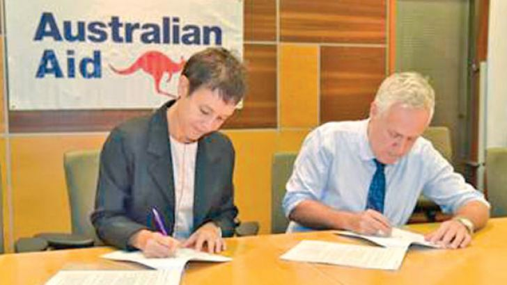 Australian High Commission's Head of Development Cooperation Victoria Coakley and UNICEF Representative Sri Lanka Tim Sutton sign the three-year partnership agreement with a funding of AU$ 750,000 (around Rs. 89 million) to help communities prepare for and respond to natural disaster emergencies in Sri Lanka. Picture courtesy unicef