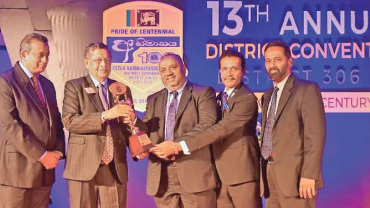 Mahendra Amarasuriya presenting the award to M S M Mohamed flanked by office bearers of the Lions Club.