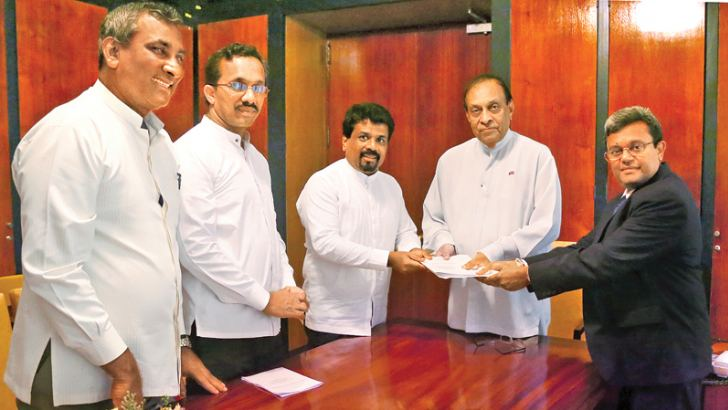 Chief Opposition Whip and JVP Leader Anura Dissanayake handed over the 20th Amendment to the Constitution to Speaker Karu Jayasuriya and Parliament Secretary General Dhammika Dassanayake at the Parliament Complex yesterday. MPs Sunil Handunnetti, Nihal Galappaththi and Dr. Nalinda Jayatissa were also present.