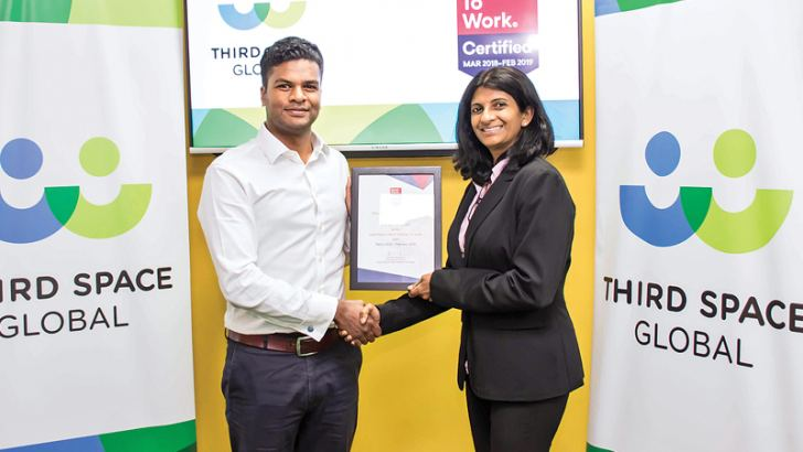 GPTW CEO, Ratnayaka and TSG CEO, Nilaweera with the GPTW award
