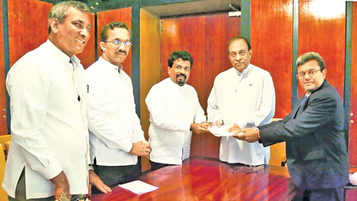 Chief Opposition Whip and JVP Leader Anura Kumara Dissanayake handed over the 20th Amendment to the Constitution to Speaker Karu Jayasuriya on May 25.