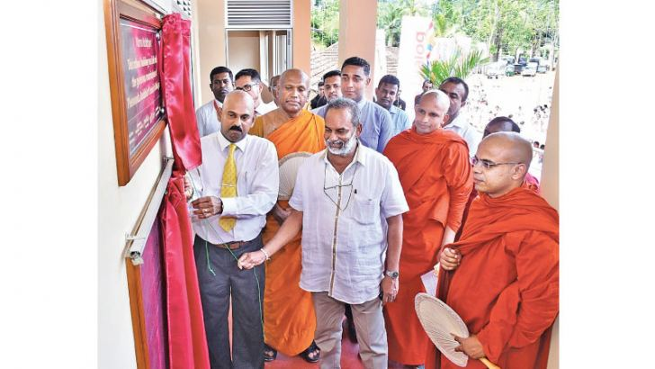 W.A. Kulasuriya - Additional Secretary of Ministry of Defence and R. A Ratnarsiri, Coordinating Secretary to Sagala Ratnayake, Minister of Youth Affairs, Project Management and Southern Development ceremoniously unveiling the plaque with other invitees.