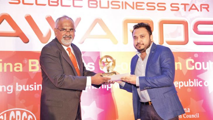 Hafeez Yaseen, Chairman, YCG Packaging receiving his Gold at the Sri Lanka - China Business Corporation Council Star Awards recently. Picture by Sulochana Gamage