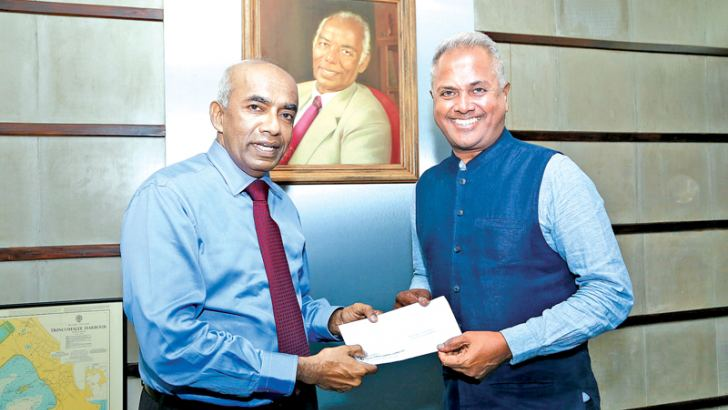 Kushil Gunasekera, Founder/Chief Trustee of the Foundation of Goodness accepting the sponsorship cheque from S.R. Gnanam, Managing Director of Tokyo Cement Company (Lanka) PLC.