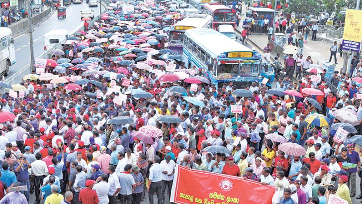 The strike disrupted traffic in the Colombo Fort area yesterday. Picture by Malan Karunarathne