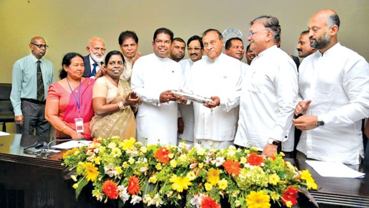 The new land deed to the Parliament was handed over to Speaker Karu Jayasuriya by Minister of Lands and Parliamentary Reforms Gayantha Karunatileka yesterday.