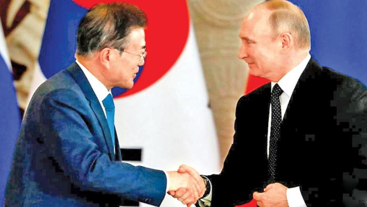 South Korean President Moon Jae-in and Russian President Vladimir Putin shake hands during a news conference following the talks at the Kremlin in Moscow, Russia on Saturday. - AFP