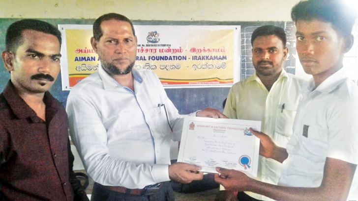 Chief guest Irakkamam Divisional Secretary M. M. Nazeer presenting a certificate to a student. Picture by Addalaichenai Central Corr.