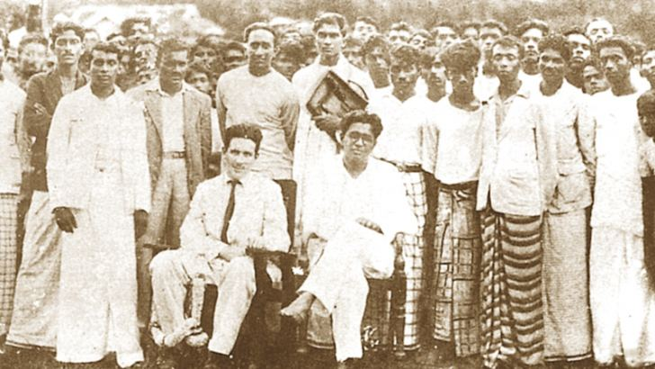 Bracegirdle with Colvin R. de Silva and other Trotskyite leaders at Horana in 1937.