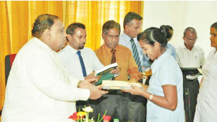 Southern Province Chief Minister Shan Wijayalal De Silva awarding a certificate to a graduate. Picture by Mahinda P. Liyanage, Galle Central Special Corr.
