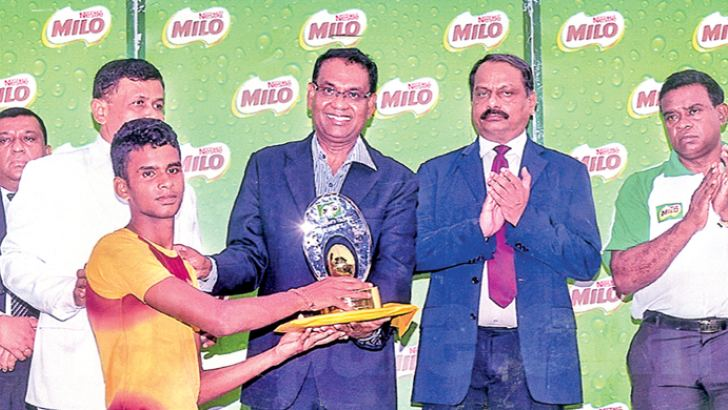 The captain of the Moratu Vidyalaya team Ravindran Niranjan receiving the Chairman's Trophy from the Chief Guest. Also in the picture is the Principal of Moratu Vidyalaya Hemasiri Athaudage.   Picture by Dilwin Mendis, Moratuwa Sports Special Corr.