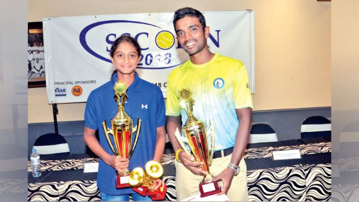 Champions Anjalika Kurera and Dineshkanthan Thangarajah with their awards