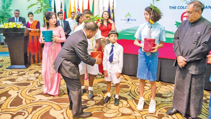 Speaker Karu Jayasuriya, Vietnam Ambassador Phan Kieu Thu and Maldives Ambassador Mohamed Hussain Shareef presenting saplings to children.