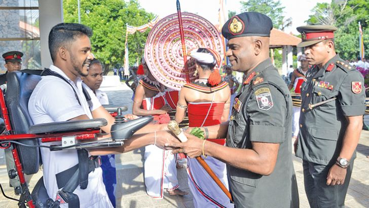 A war hero greets Army Commander Lieutenant General Mahesh Senanayake at Mihindu Seth Medura.