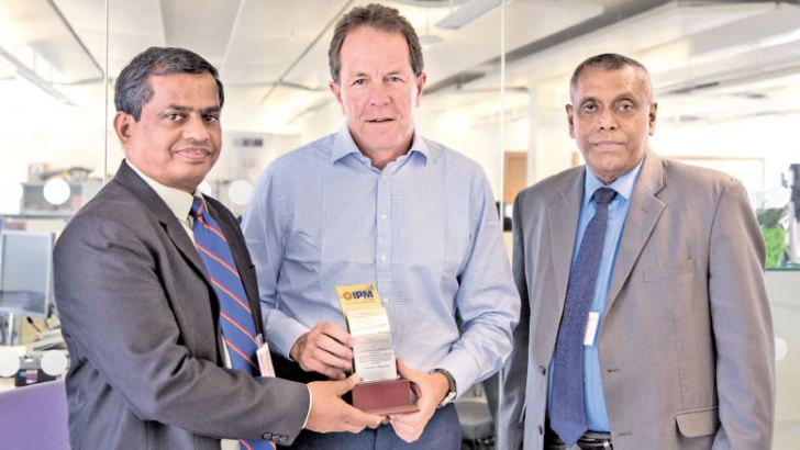 CEO, IPM, P.G Tennakoon and Vice President IPM, G. Weeratunga handing over a token of appreciation to Chief executive officer CIPD, Peter Cheese