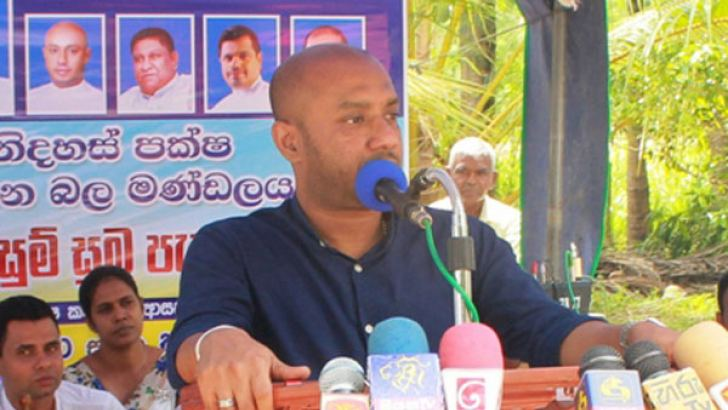 Minister Duminda Dissanayake addressing the gathering.