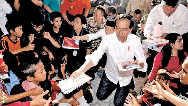 Indonesian President Joko Widodo visiting earthquake-affected people at a shelter in Lombok.