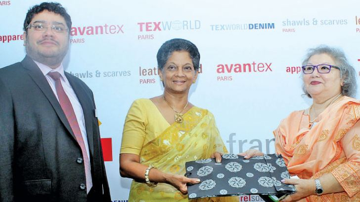 Messe Frankfurt Director Communication, Nazneen Salahuddin presenting a token to Chairperson, EDB, Indira Malwatte. Messe Frankfurt CEO of Sri Lanka, Omer Salahuddin looks on. Picture by Saliya Rupasinghe