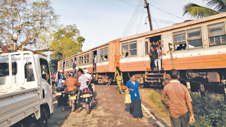 Passengers inconvenienced due to Kelani valley train engine disengagement.