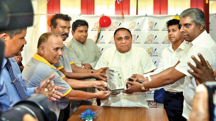 Chief Minister Shan Wijayalal de Silva receiving a memento in the presence of SPMC President Ravindra Liyanage, Centre Secretary U. M. Thilakarathne, Galle Mayor Priyantha Sahabandu, Deputy Mayor Fauzal Niyas, Southern Provincial Councillor Sanjive Karunathialke and Attorney-at-Law Thusara de Silva. Picture by Mahinda P. Liyanage, Galle Central Special Corr.