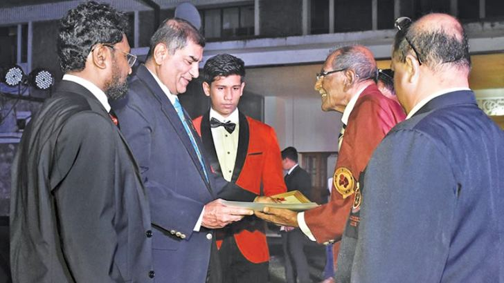 K.V. Dharmadasa receiving an award from General Jagath Jayasuriya during the felicitation ceremony held at Army Cantonment in Panagoda