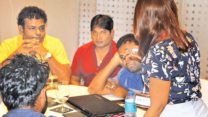 Sri Lankan journalists share their experiences with visiting Maldivian journalists.  Picture by Priyan De Silva