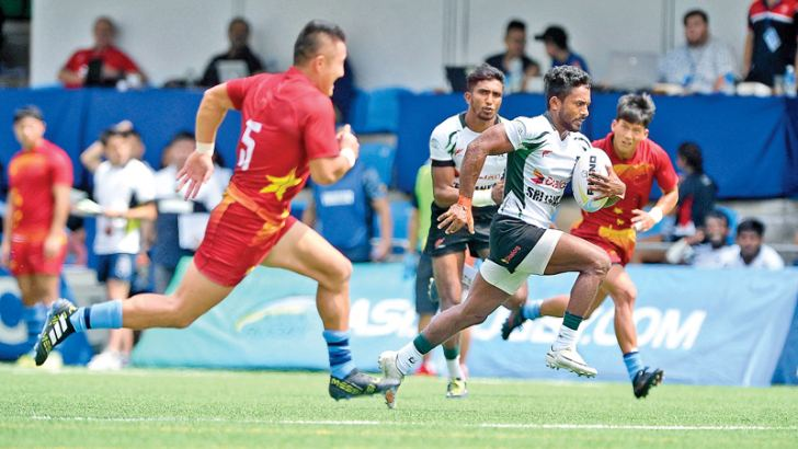 Sri Lanka skipper Srinath Sooriyabandara on his way to score a try against China – Picture by Thusith Wijedoru