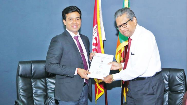 Dr. Saranga Alahapperuma, Chairman of NAITA and Dr. Harsha Cabral PC., Chairman of Tokyo Cement Company (Lanka) PLC exchanging the MoU
