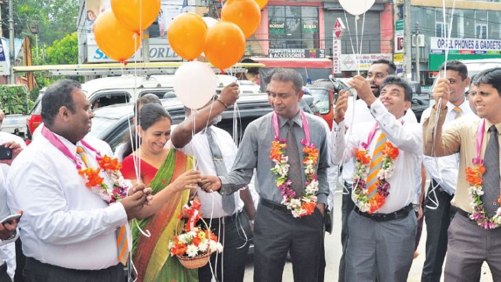 Management of Union Assurance along with the branch staff opens the Thalawathugoda Regional Office.