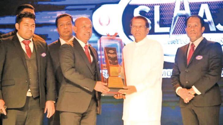 President Maithripala Sirisena, who was the Chief Guest receives a token from President of SLAAJ, Nishantha Meegalla. Pictre by Chaminda Niroshana