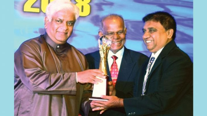 Managing Director of International Medical Care, M. Ranjith Susantha Karunaratne receives the award from Minister of Petroleum Resources Development Arjuna Ranatunga.
