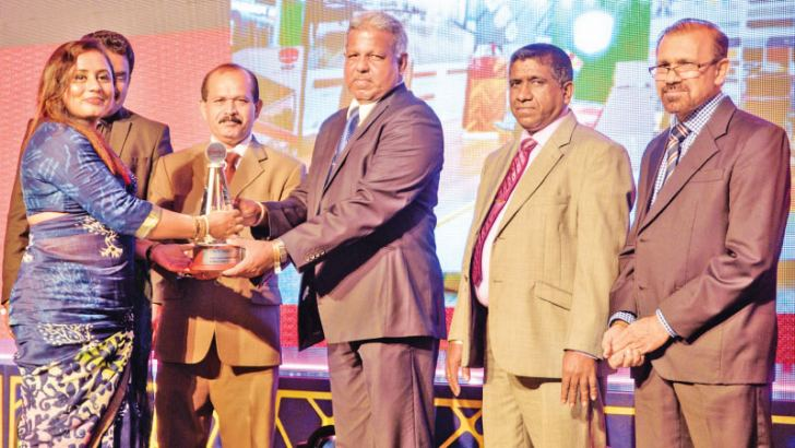 Kumudu Vithanaarachchi, Snr. General Manager receiving the award