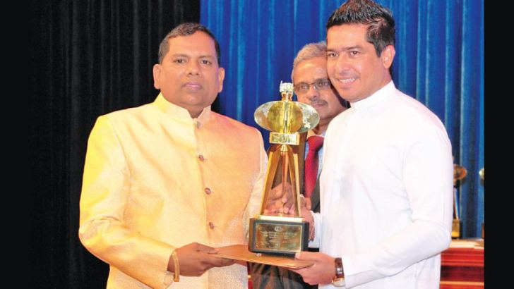 Owner of Nihal Shantha and Sons, Nihal Shantha receiving the award from State Minister of International Trade, Sujeewa Senasinghe.