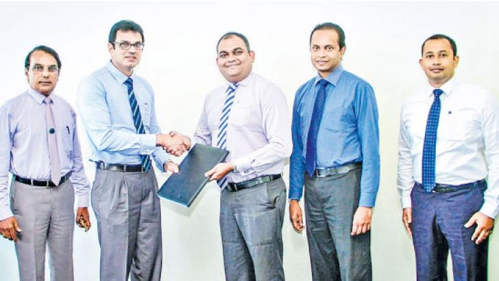 Munasinghe, Deputy General Manager Marketing of Commercial Bank, exchanging the memorandum of understanding with Nilantha Rathnayake, Director Marketing and General Siri Ranaweera, Director Administration of the hospital in thepresence of representatives of the two institutions.