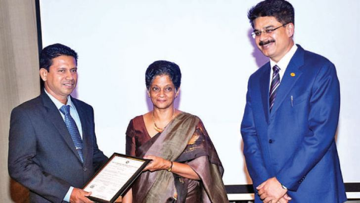 EDB Chairperson Indira Malwatte presenting a Diploma certificate. Newly elected President, SLCGC Sanjay Tiwari looks on. Picture by Sulochanan Gamage