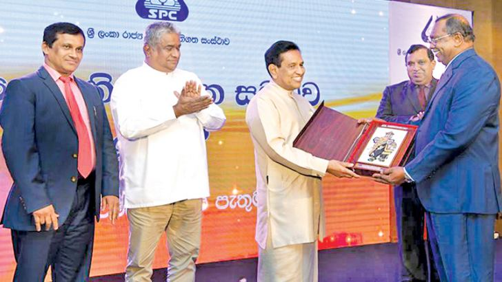 SPC officials present a memento to Health Minister Dr. Rajitha  Senaratne, while Health Deputy Minister Faizal Kassim and others look on.