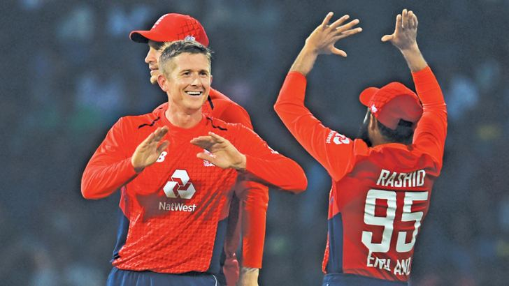 England cricketer Joe Denly (L) celebrates with England's bowler Adil Usman Rashid after he dismissed Sri Lankan cricketer Kusal Mendis during the Twenty20 International cricket match between Sri Lanka and England at the R. Premadasa Stadium in Colombo on October 27, 2018. (Photo by ISHARA S.  KODIKARA / AFP)