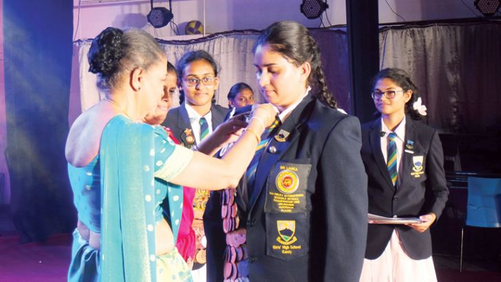 Aloka Dissanayake receiving Super Magnificent Star for Netball which is the highest award from the Chief Guest.