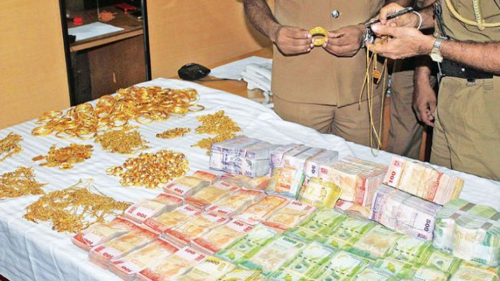 The looted cash and jewellery recovered from the suspects. Picture by Ashraff Samad