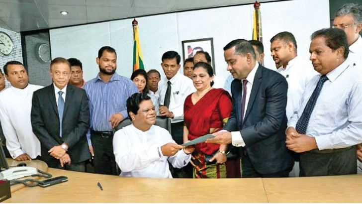 Minister Bandula Gunawardane with new Secretary of the Ministry of International Trade and Investment Promotion, S D Kodikara after assuming duties. Picture by Sudath Malaweera.